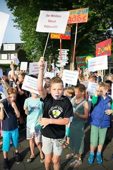 Ouders en kinderen protesteren tegen sluiting De Wielen