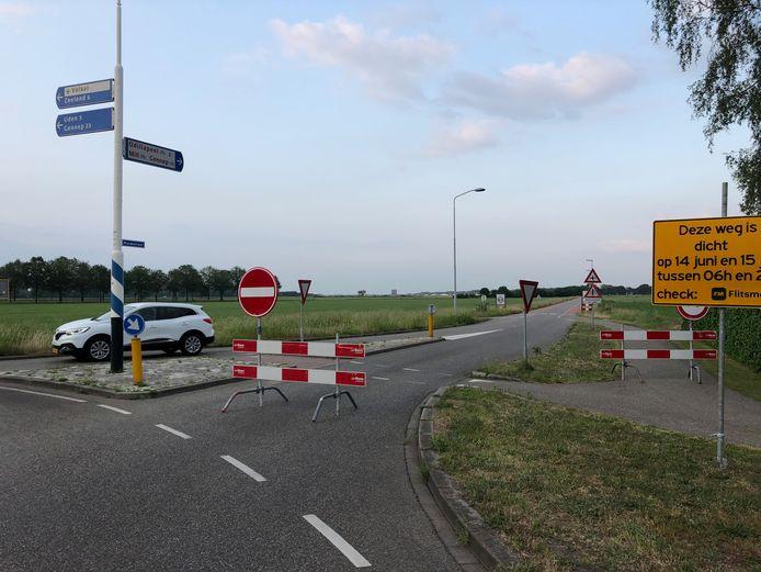Het gele bord geeft aan dat de Rouwstraat op 14 en 15 juni is afgesloten maar voor auto's die van Volkel naar Odiliapeel willen, geldt dat nu al. Tot ergernis van boeren en bedrijven in de buurt.