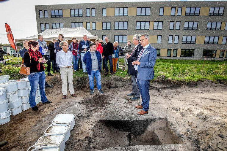 De vondsten, onder meer zes grafmonumenten, werden voorgesteld aan het publiek.