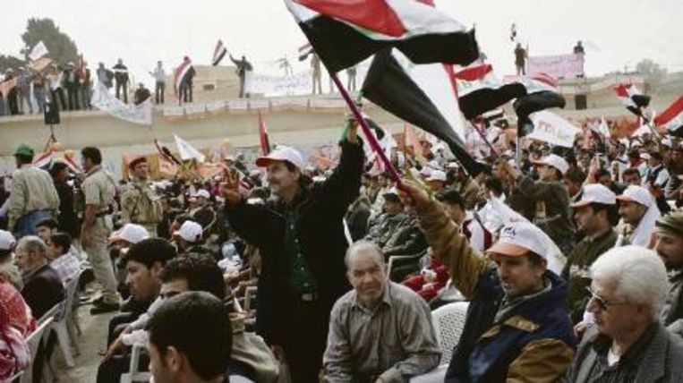 Sympathisanten van het Soennitische Eenheidsfront kwamen afgelopen weekeinde bijeen in het Noord-Iraakse Mosoel. Soennieten, zo'n 40 procent van de bevolking, vrezen uitsluiting door de sjiitische meerderheid. (FOTO EPA) Beeld