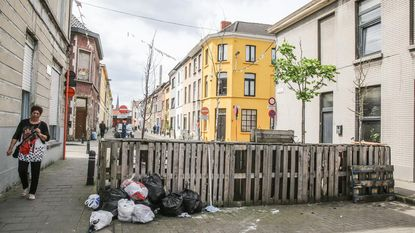 Afval, onkruid en afgeleefd meubilair in vergeten leefstraat