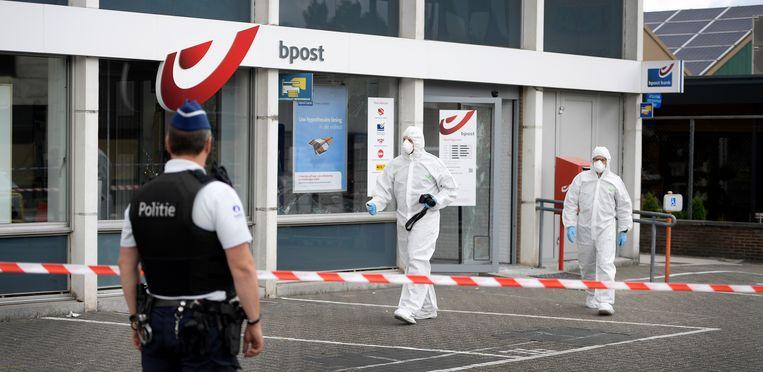 Onderzoek aan de bankautomaat van Bpost in Lommel na de plofkraak vorige week donderdag.