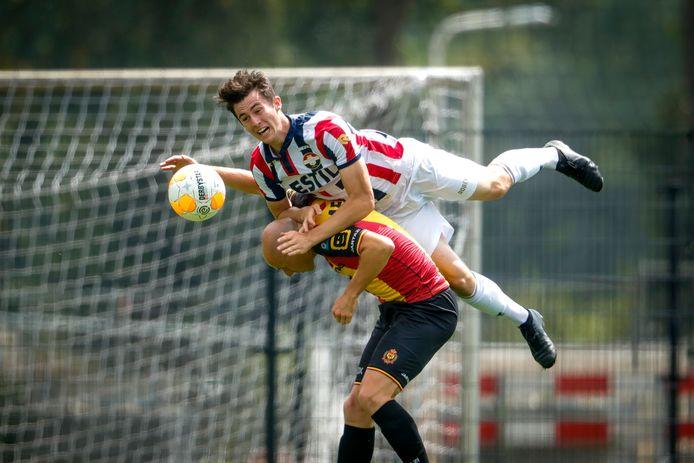 Dylan Ryan wint bij een oefenwedstrijd tegen KV Mechelen een kopduel van Edin Cocalic van KV Mechelen.