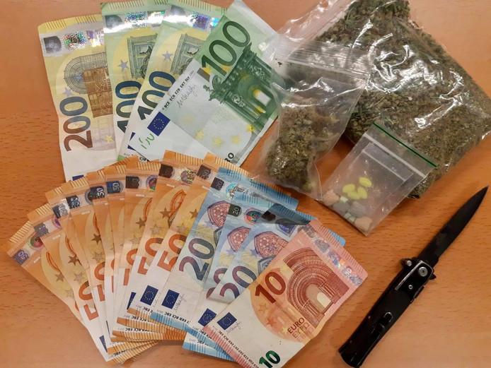 De politie vond geld, een mes en drugs bij de man in Nijmegen.