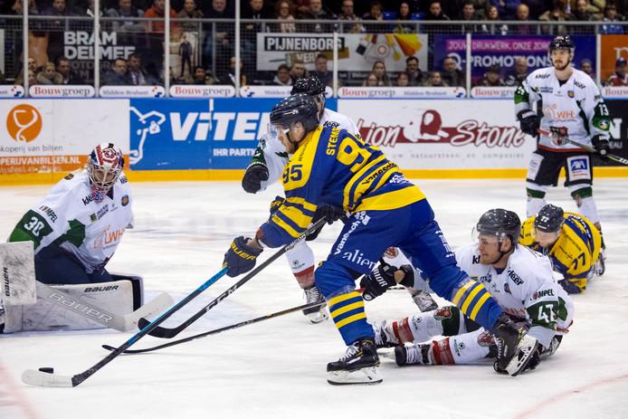 Danny Stemper probeert Herner EV-goalie Björn Linda te passeren.