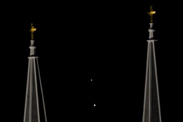Saturne, en haut, et Jupiter, en bas, ont rendez-vous lundi soir.