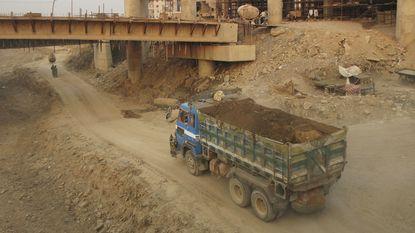 Man per ongeluk levend begraven door wegwerkers