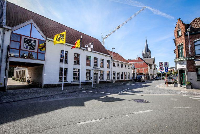 Het zebrapad aan het gemeentehuis wordt opnieuw aangelegd.