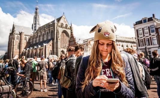 Pokémon Go-spelers verzamelen op de Grote Markt in Haarlem