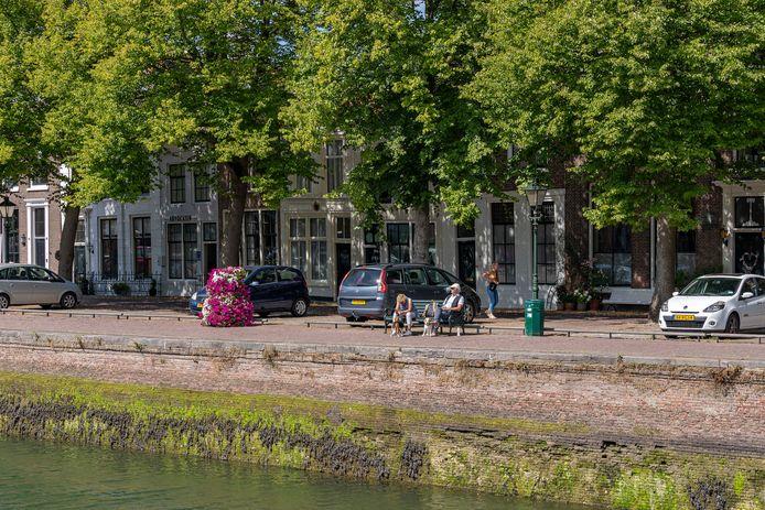 De kades aan de Oude Haven in Zierikzee worden vernieuwd.