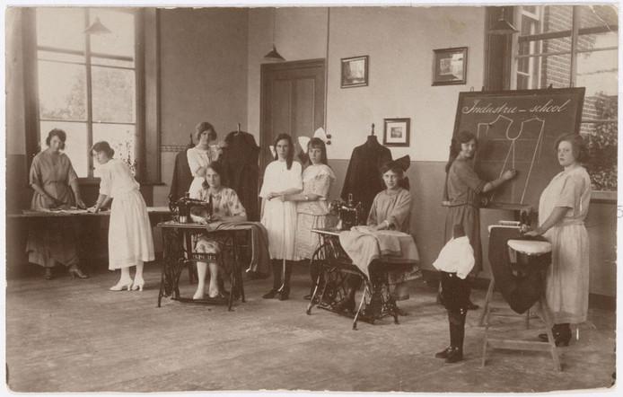 Naailes op de toenmalige Ambacht- en Industrieschool in Tilburg, in het gebouw van het huidige Natuurmuseum.  Aan het bord staat Adriana Heffels die zou trouwen met Alfons Panis die burgemeester werd van Berkel Enschot. De foto is waarschijnlijk van 1924, Adriana was toen 17 jaar oud.