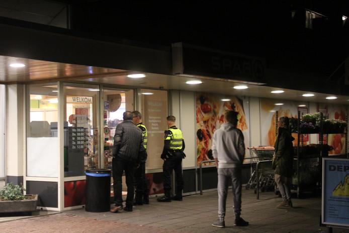 Agenten bij de Spar in Apeldoorn die vanavond werd overvallen.