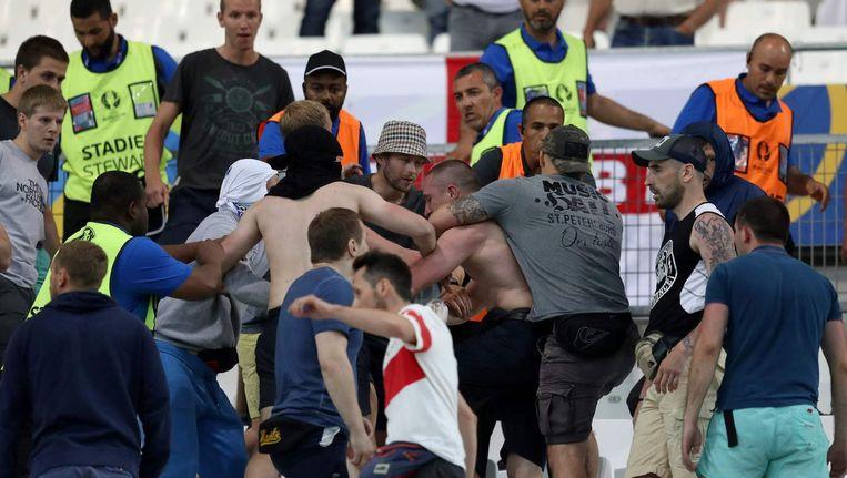 Gevechten tussen Russische en Engelsen op de tribune in Marseille Beeld null