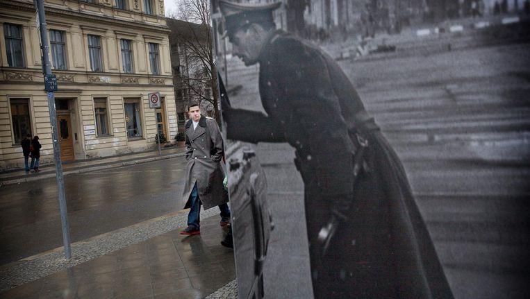 Checkpoint Charlie, Berlijn. De foto met de officier hoort bij een tentoonstelling over de Koude Oorlog. Beeld Daniel Rosenthal