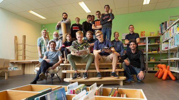 De leerlingen houtbewerking van het KAZ toverden de bib om tot een hippe ontmoetingsplek.
