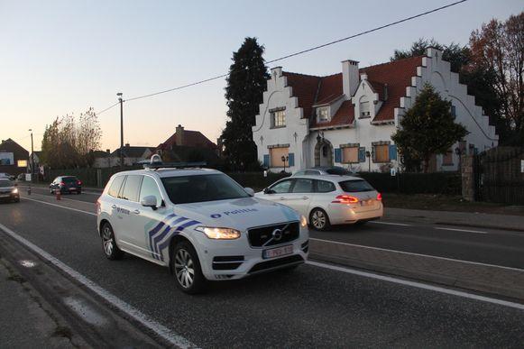 De politie is permanent aanwezig bij de behekste villa langs de Lenniksebaan.