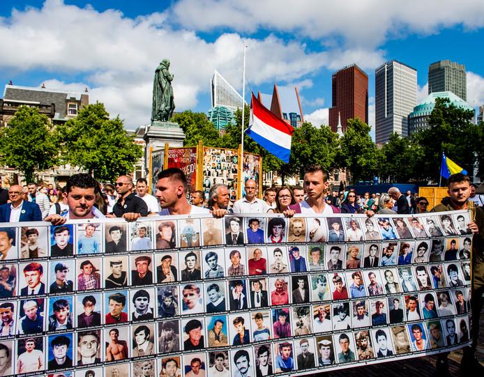 Belangstellenden op het Plein tijdens de herdenking in 2016 ter nagedachtenis aan de slachtoffers van de genocide in Srebrenica in 1995.