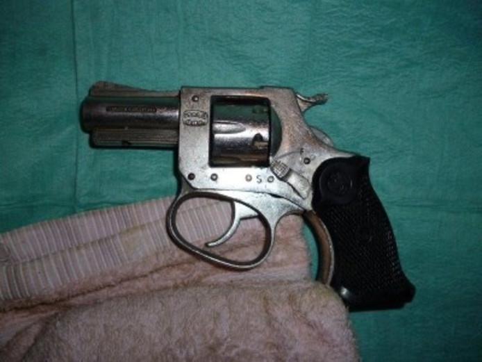 De politie trof twee vuurwapens aan in de woning in Aalst.