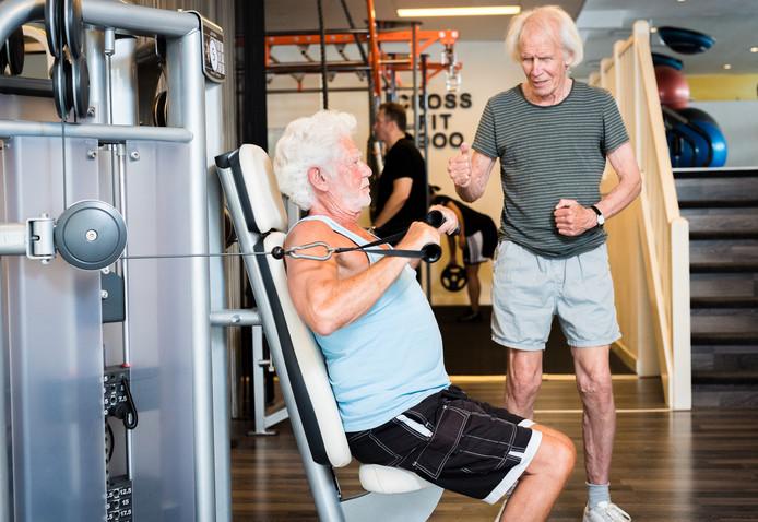 Senioren nemen deel aan de fitnessles voor 50plussers bij Fit2000 in Den Haag.  Foto ter illustratie