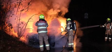Verlaten auto brandt volledig uit naast Openluchtmuseum in Arnhem