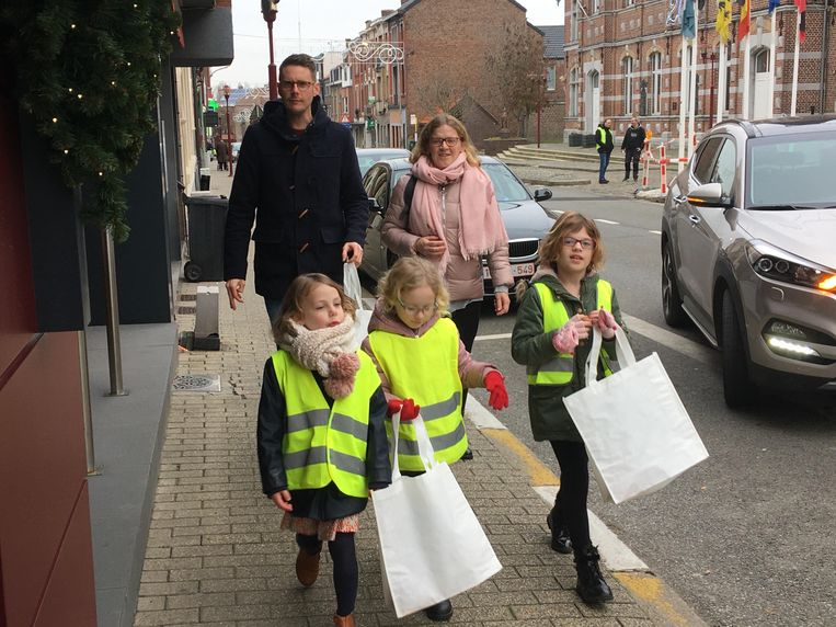 De inwoners van Landen kregen voor de eerste keer nieuwjaarszangertjes aan hun deur.