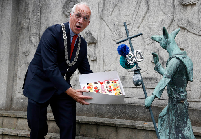 Burgemeester Jan-Frans Mulder deelt taart uit aan de jarige Reynaert.