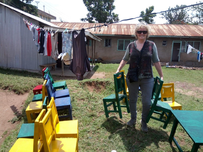 Merletcollege-docent Liesbeth van Heeswijk, in Kisumu met de nieuwe stoelen.