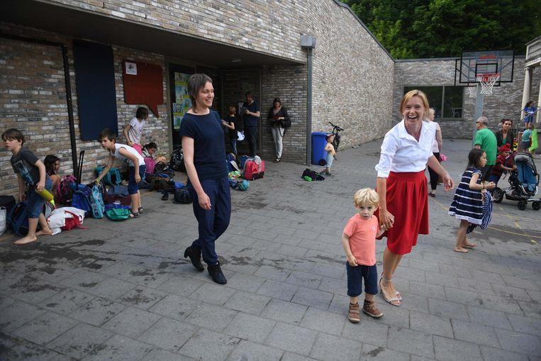 Schepen Bieke Verlinden (links) op bezoek bij de naschoolse opvang van de Klare Bron in Heverlee.