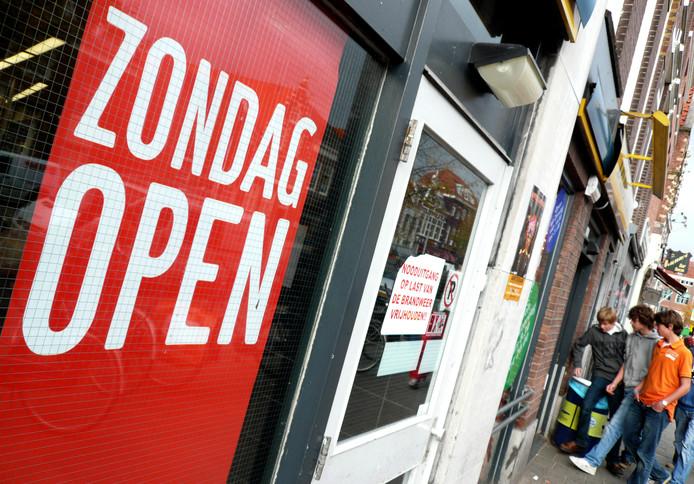 2007-10-08 00:00:00 HAARLEM - De Haarlese supermarkt Dekamarkt op de Gedempte Oudegracht in Haarlem is op zondag open. ANP PHOTO KOEN SUYK