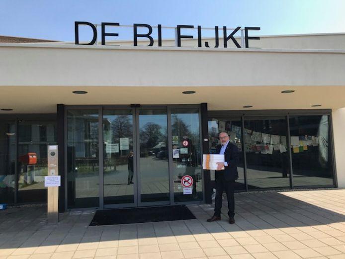 Wethouder Evert Blaauw brengt namens burgemeester en wethouders gebak langs verpleeghuizen in de gemeente Bronckhorst.