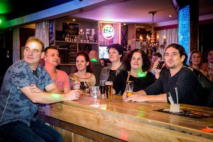 Bezoekers van café De Kraai in Bladel