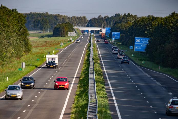 Blik op de N50, halverwege Ens en Emmeloord: het verkeer rechts op de foto rijdt in de richting van Emmeloord. De weg gaat er zondag uit voor een triatlon. Juist terwijl de vakantiedrukte enorm is.