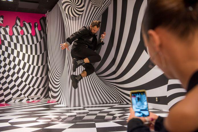 DJ La Fuente springt over een optische illusie in het nieuwe 'Selfiehouse' in De Heuvel in Eindhoven