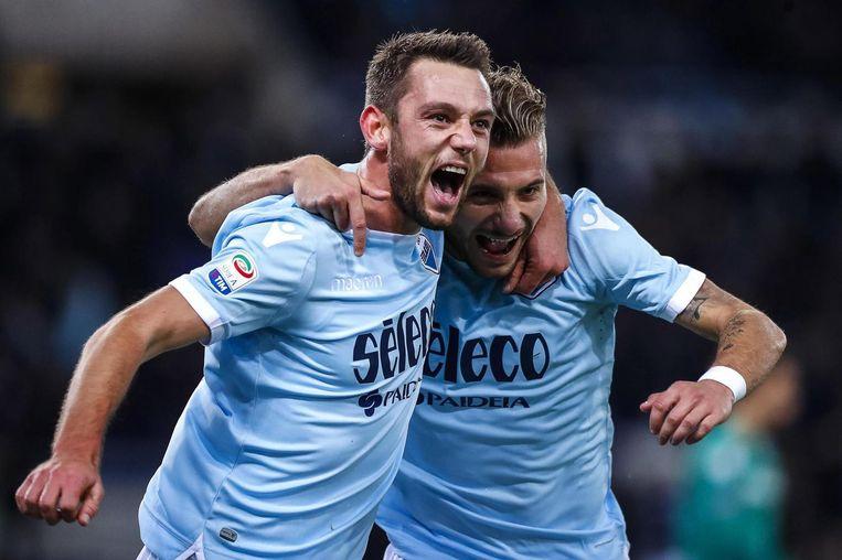 Stefan de Vrij in het shirt van Lazio Roma, met medespeler Ciro Immobile. Beeld null
