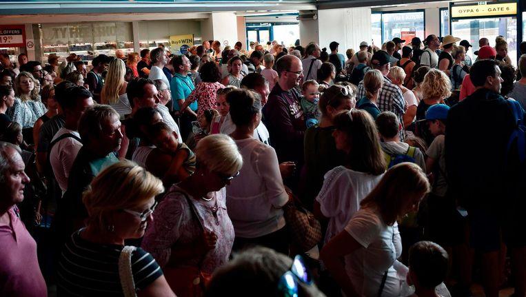 Door de zomerdrukte op de luchthavens hopen de migranten dat hun valse paspoorten niet zullen opvallen.