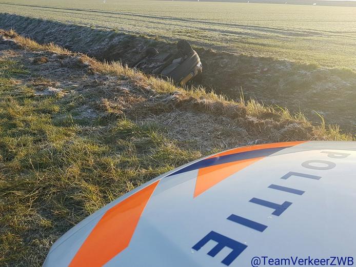 Deze auto belandde in een sloot langs de Muidenweg in Arnemuiden. Een piloot had het voertuig vanuit de lucht zien liggen.