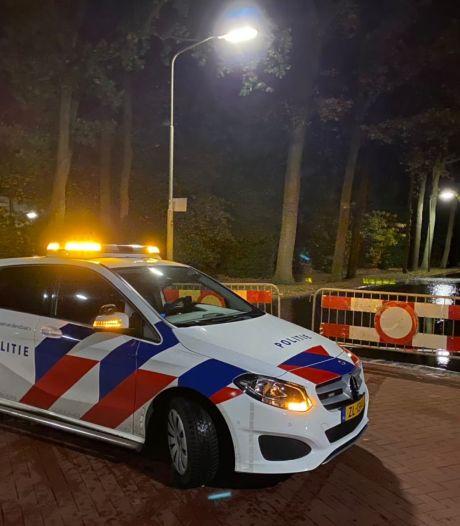 Water gutst door Oosteinderstraat in Nunspeet na breuk in leiding