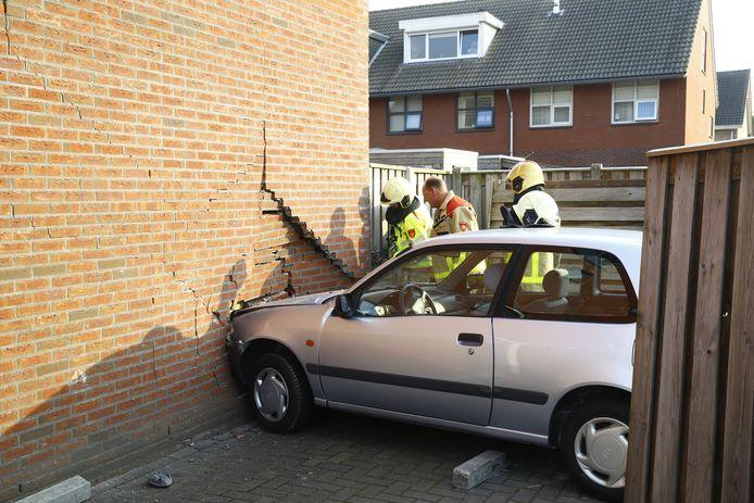 De auto heeft voor flinke schade gezorgd.