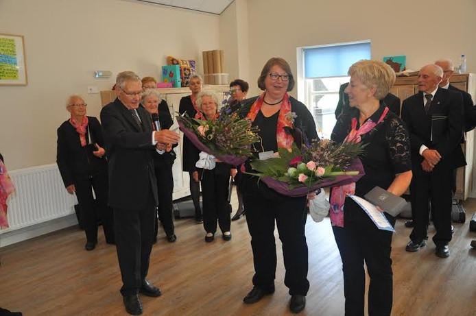 De beide jubilarissen Mattie Everloo (links) en Ans Klingeman worden gehuldigd voor hun 25-jarig lidmaatschap van Zang en Vriendschap.