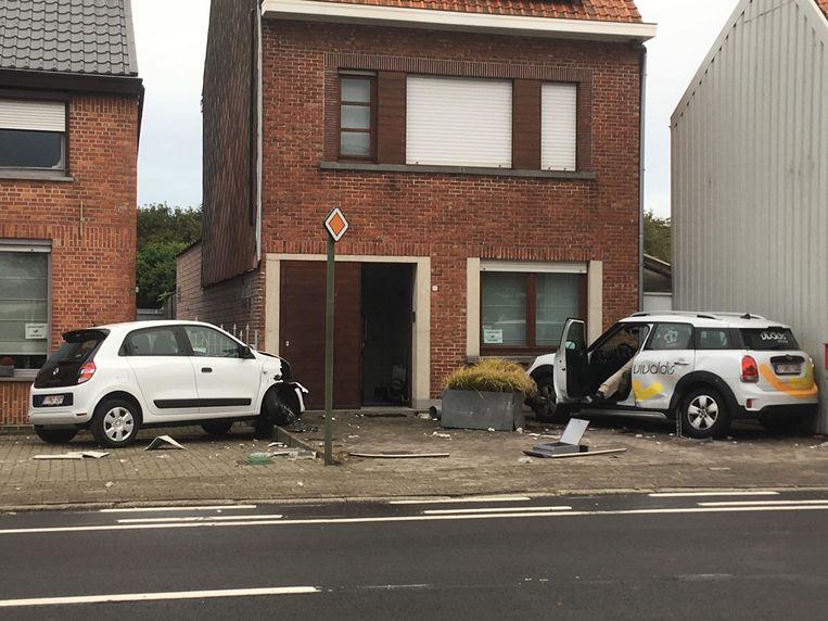 Twee geparkeerde auto's deelden in de brokken.
