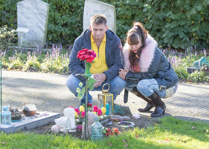 John en Chloe Westveer bij het graf van hun voor de geboorte overleden zoontje.