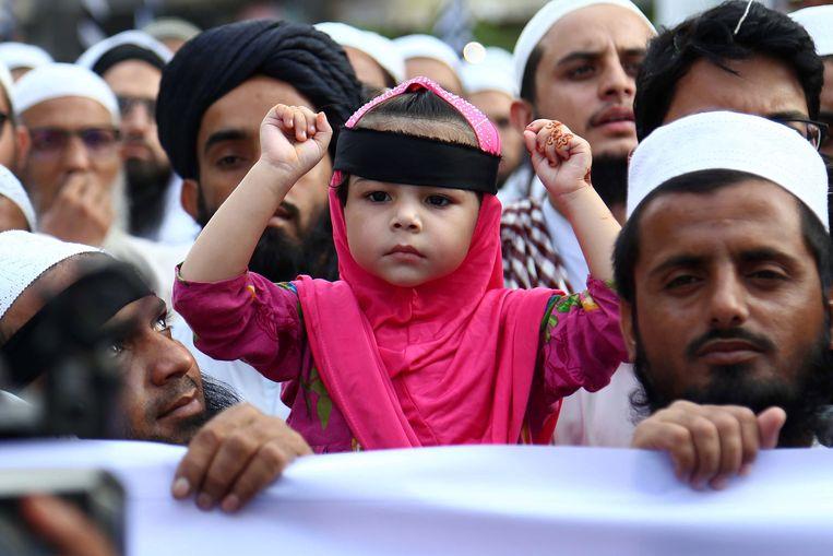 Aanhangers van verschillende religieuze partijen protesteren tegen de vrijspraak van Asia Bibi. Beeld EPA