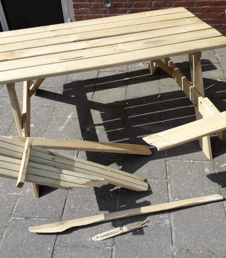Picknicktafel vernield op schoolplein Ommer basisschool Dennenkamp
