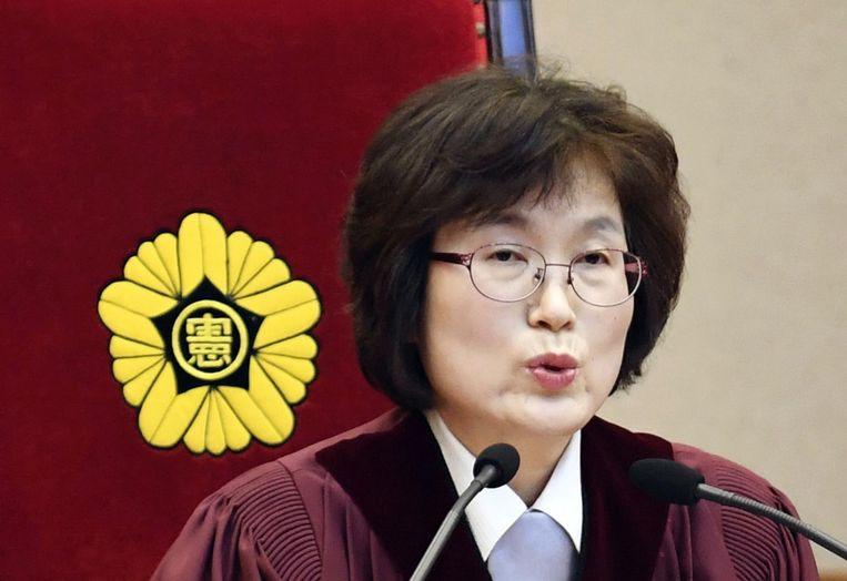 De president van het constitutioneel hof leest het vonnis voor. Beeld ap
