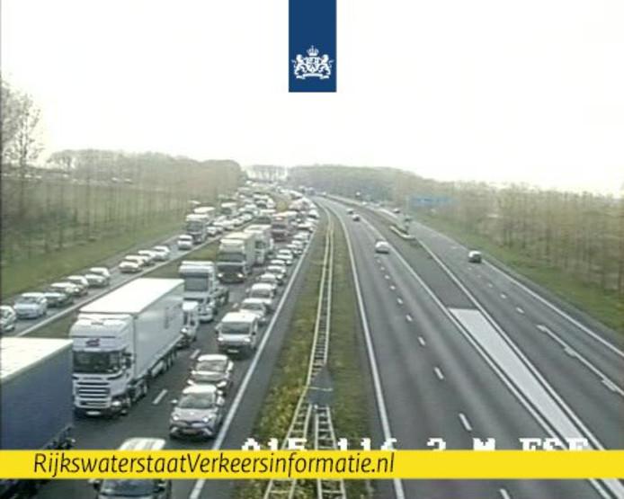 Op de A15 bij Geldermalsen zijn meerdere auto's op elkaar gebotst.