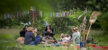 Heksen geven goede raad op Magisch Bosfeest in Holten