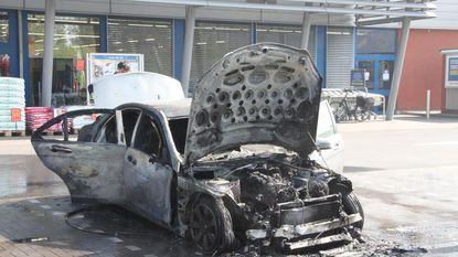 Auto brandt uit op parking warenhuis Lidl