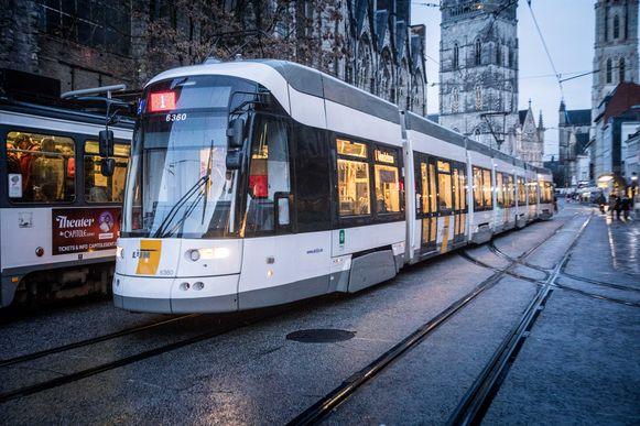 Tram rijdt door Gent.