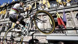 Peter Sagan brengt publiek in vervoering met 'wheelie' op gele loper