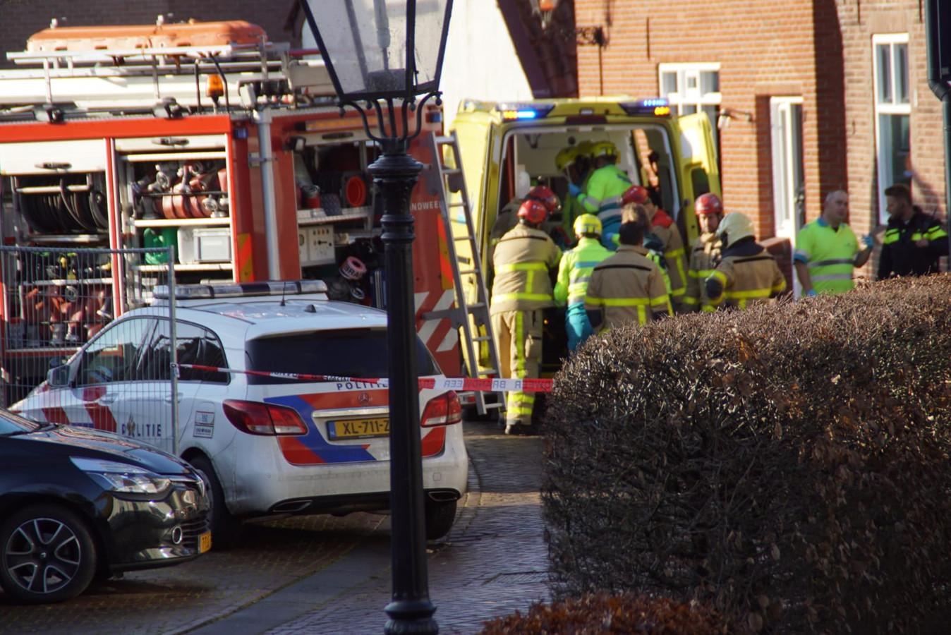 De medewerker van een sloopbedrijf werd bevrijd uit het puin door de brandweer en omstanders.